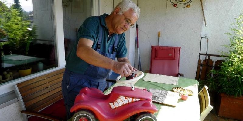 Opa Werner und das Bobby Car der kleinen Apfelfreundin